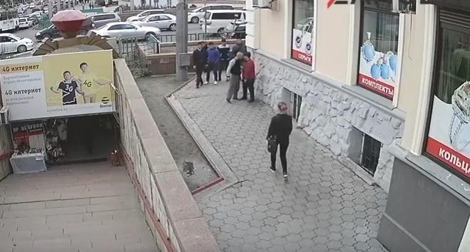 snimaet-odezhdu-pered-tolpoy-video-smotret-golih-devushek-v-stringah-rakom