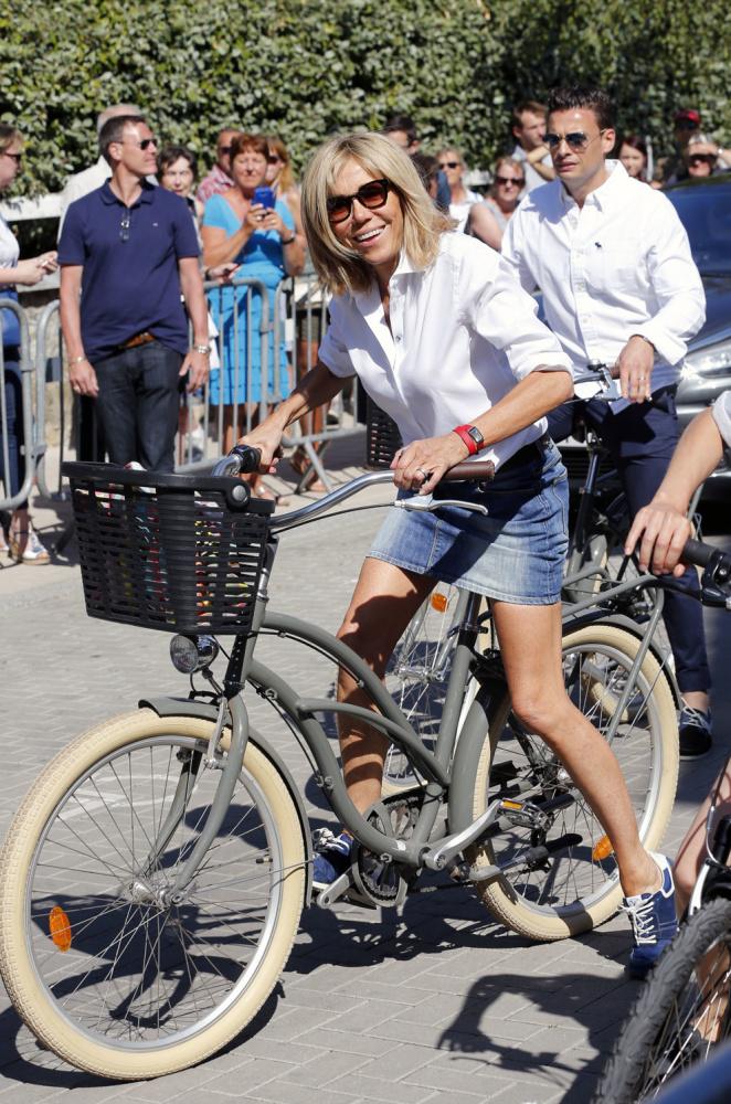 На велосипеде в короткой юбке
