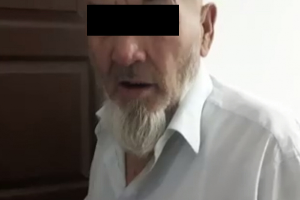 Отец пристает к дочке и она соглашается на секс