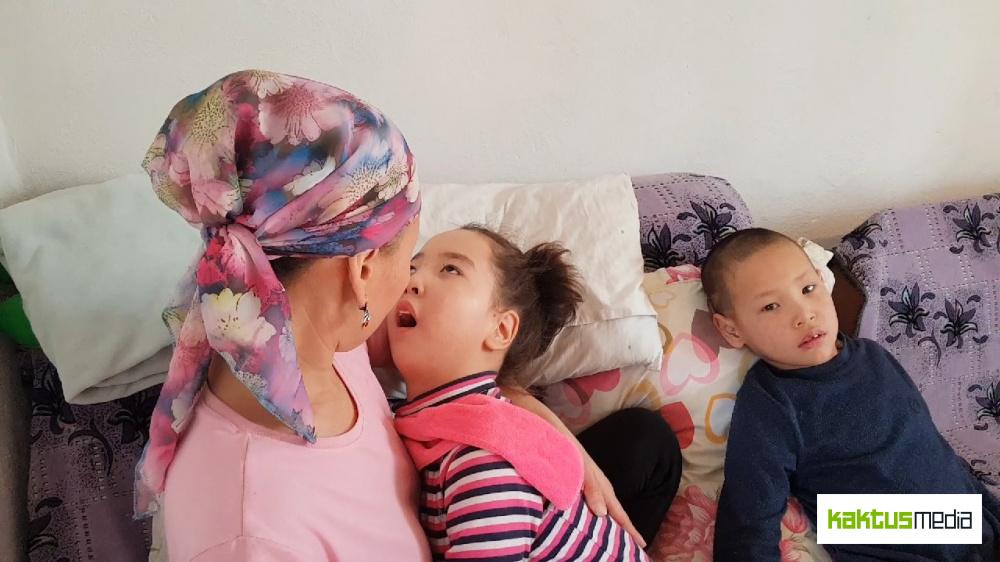 """""""Аллах подарил нам такую дочку"""". У Аяны - ДЦП. Семью нужно поддержать"""