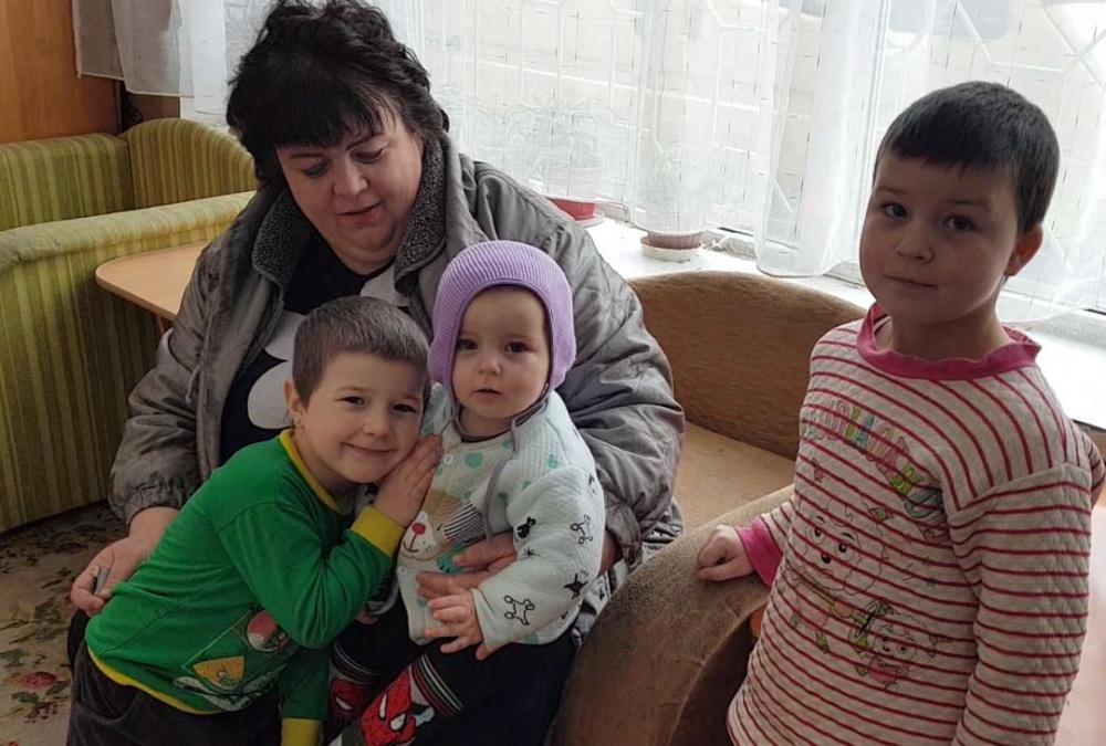 Марина с шестью детьми скитается по приютам. Их жилье пришло в негодность