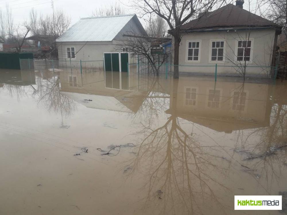 На границе с Казахстаном затопило дома кыргызстанцев