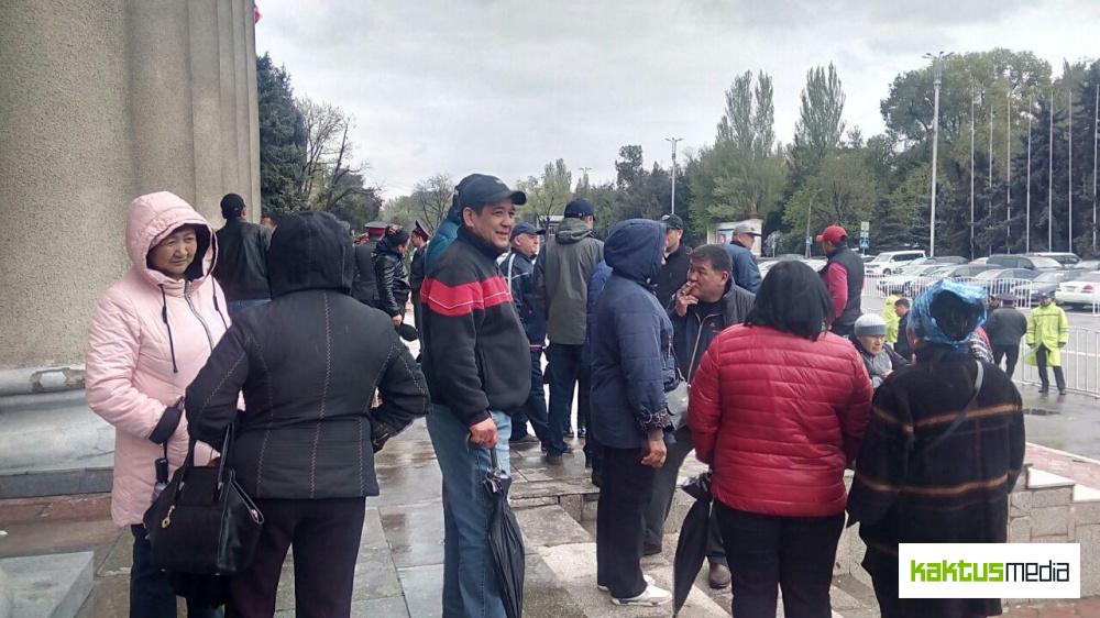 """Торговцы Ошского: Исаков пообещал отстроить """"Берекет"""" на прежнем месте"""