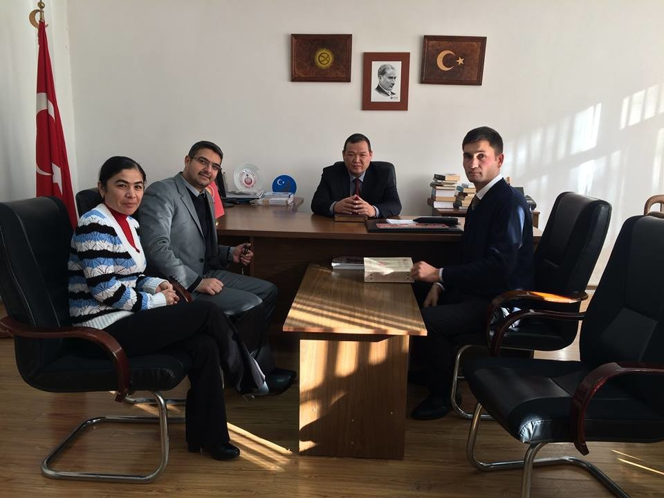 Жыргалбек Исманов в центре