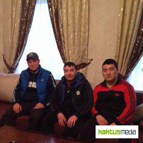 """Фото сделано осужденными ИК №47 в камере """"блатных"""" в колонии. С лева на право на фото: А.Ж., Дамир Сапарбеков и Тариэль Джумагулов"""