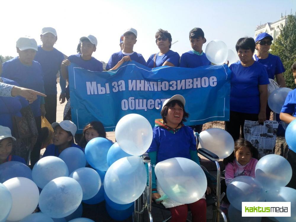 """В Бишкеке проходит марш """"За равные права"""". Напомнить об условиях жизни ЛОВЗ"""