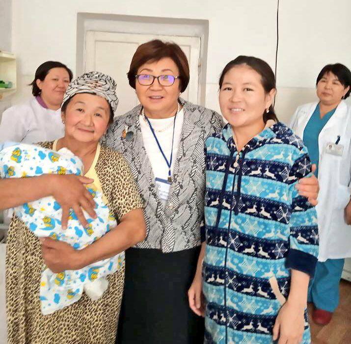 Фото дня: Роза Отунбаева навестила вдову Улана Эгизбаева в роддоме