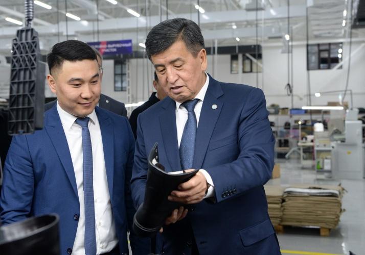 Сооронбай Жээнбеков купил обувь made in KG в Сокулуке. Фото