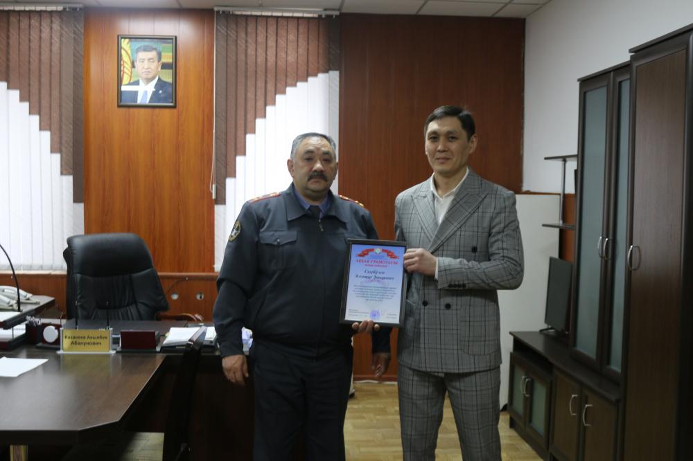 В Бишкеке ограбили иностранцев. Прохожий задержал одного из нападавших и получил награду
