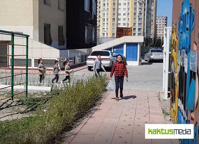 Жильцы многоэтажного дома превращают свой мусор в удобрение. Видео