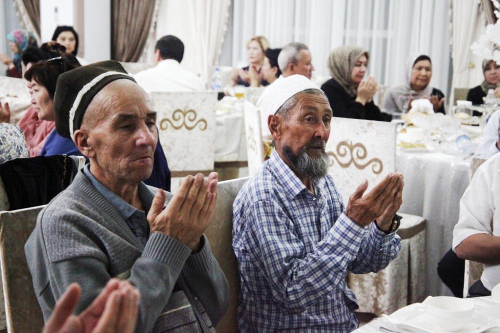 Мэрия Оша провела ифтар для жителей города. На какие средства, не сообщается (фото)