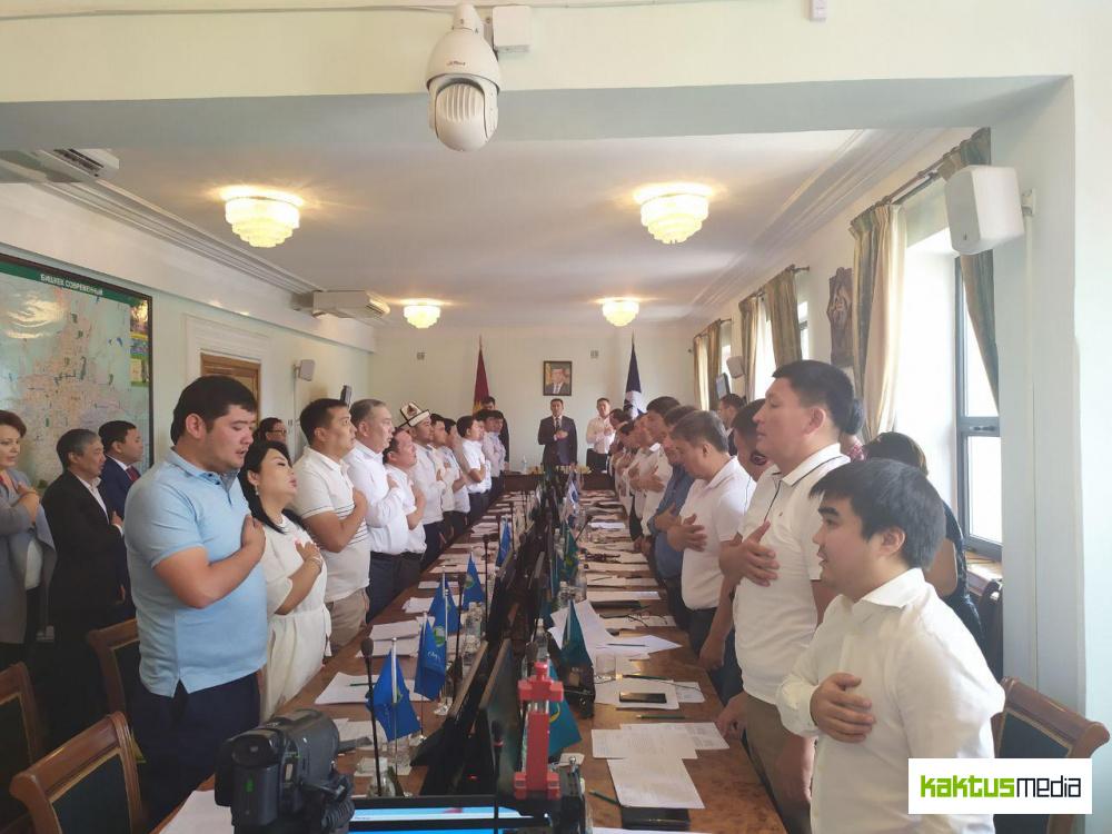 """Бишкекский горкенеш рассматривает вопрос о школе """"Газпрома"""". Трансляция"""