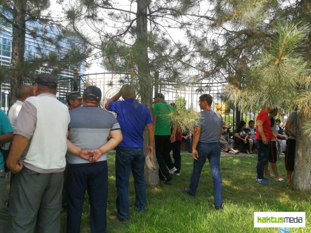 Фоторепортаж: сторонники Бабанова из Таласа и Бишкека едут встречать его в аэропорту