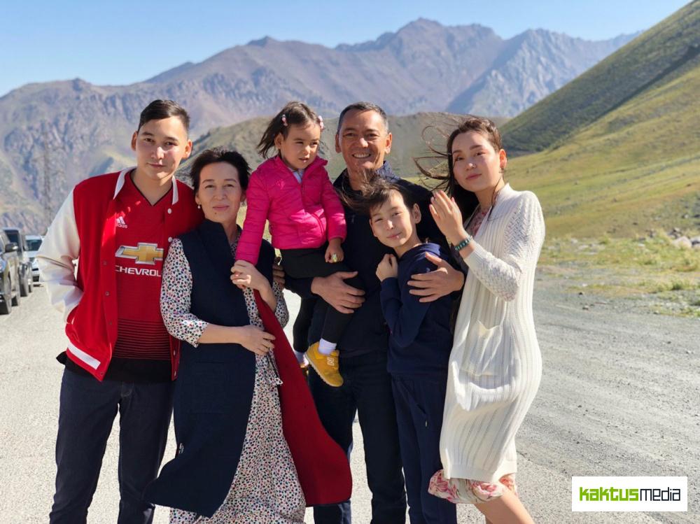 Фото дня: Омурбек Бабанов со своей семьей в Таласе