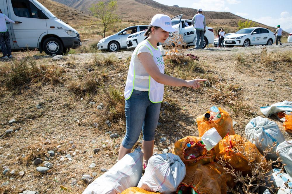 На горе Таштар-Ата волонтеры собрали более тонны мусора