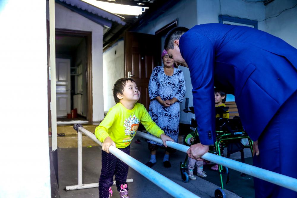 Председатель БГК вручил детям с ОВЗ кресла-коляски