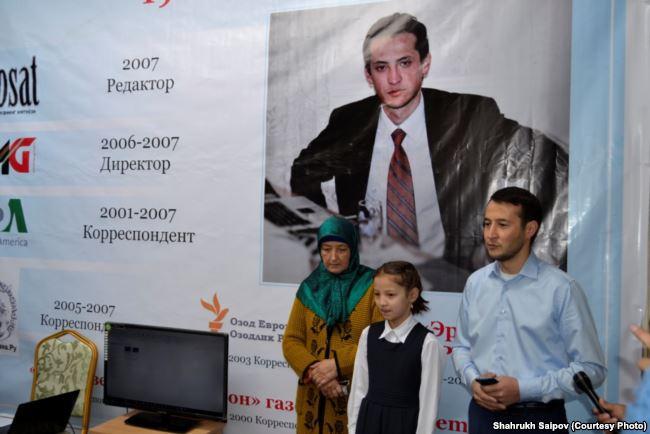 Мать, дочь и брат Алишера Саипова на мероприятии в его память. 2017 год
