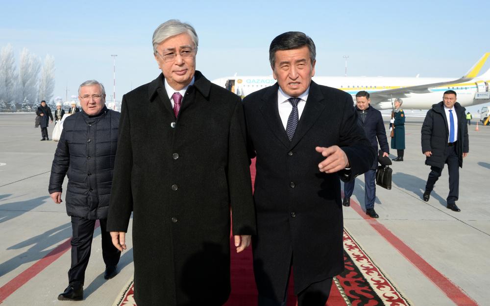 Президент Казахстана Токаев прибыл в Кыргызстан. Как его встречали (фото)