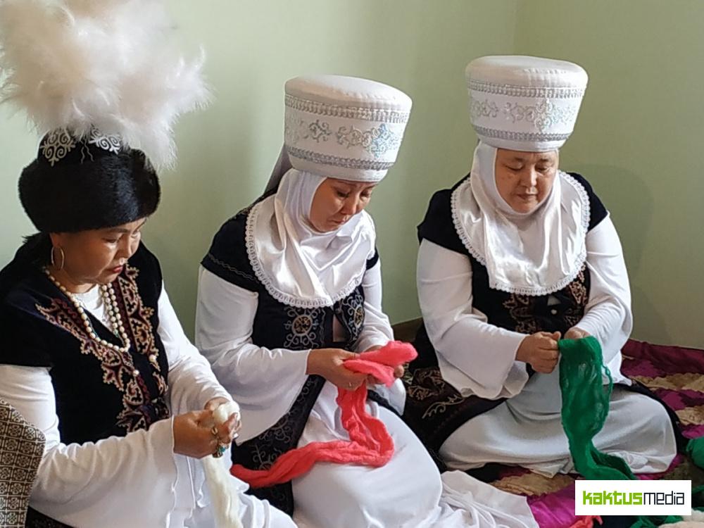 """""""Кыргызские бабушки"""". Ансамбль """"Тумар"""" исполняет  мировые хиты и делает изделия из войлока"""