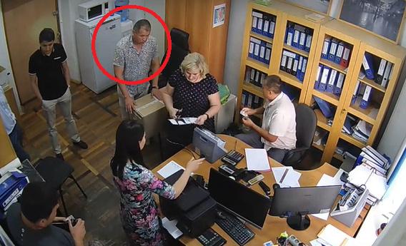 """В """"Акнете"""" полагают, что мужчина в рубашке с коротким рукавом - сотрудник ГСИН."""