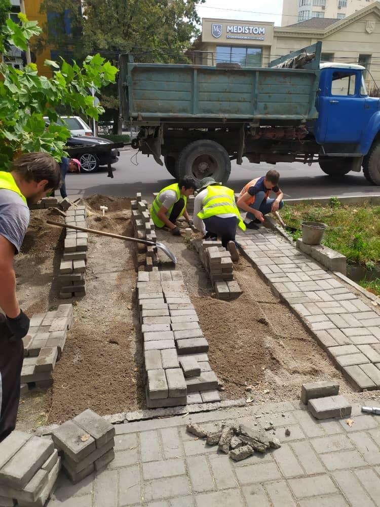 На дорогах Бишкека, отремонтированных на деньги гранта КНР, устраняют дефекты (фото)