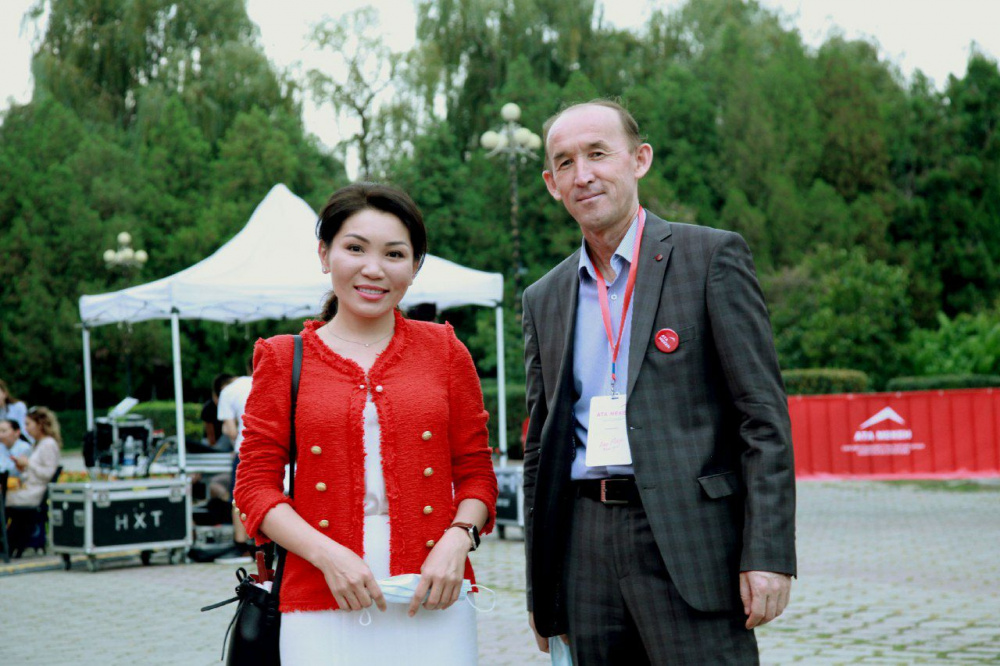 На фото - депутаты ЖК Эльвира Сурабалдиева и Абдывахап Нурбаев