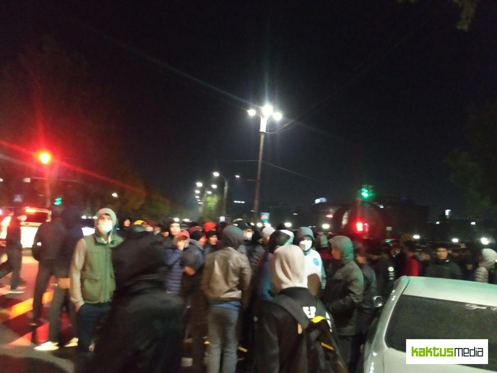 """Митингующие у отеля """"Достук"""" напали на корреспондента Kaktus.media"""