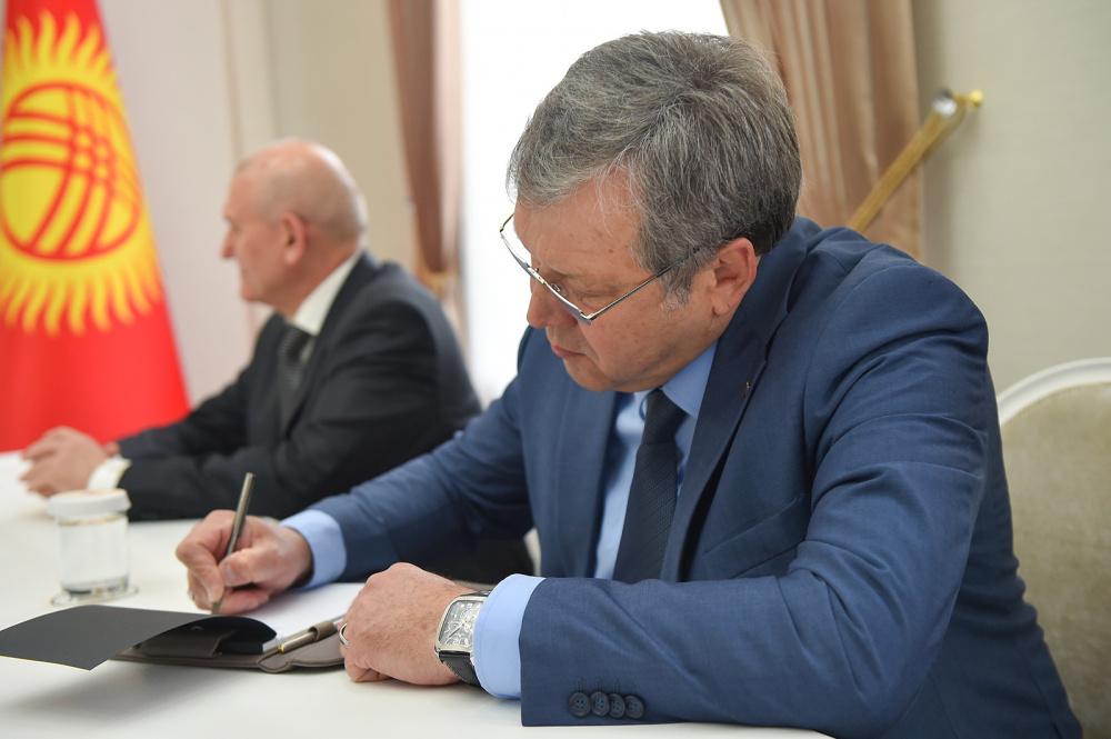 Садыр Жапаров заверил российского посла в неизменности статуса русского языка