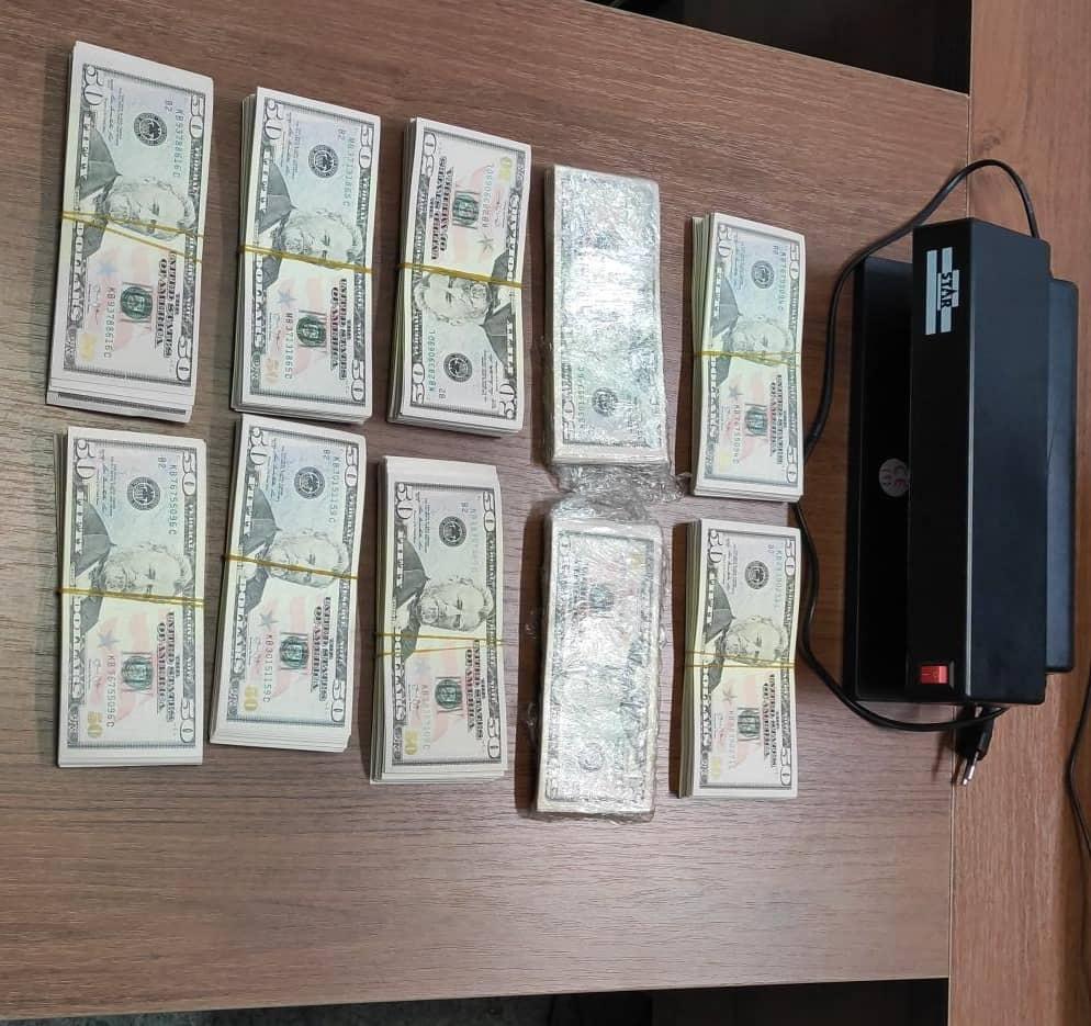 """Из найденных у кыргызстанки фальшивых долларов выложили """"денежный ковер"""" (фото)"""