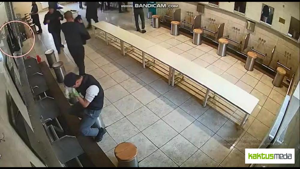 В центральной мечети у мужчины украли почти 900 тыс. сомов (видео)