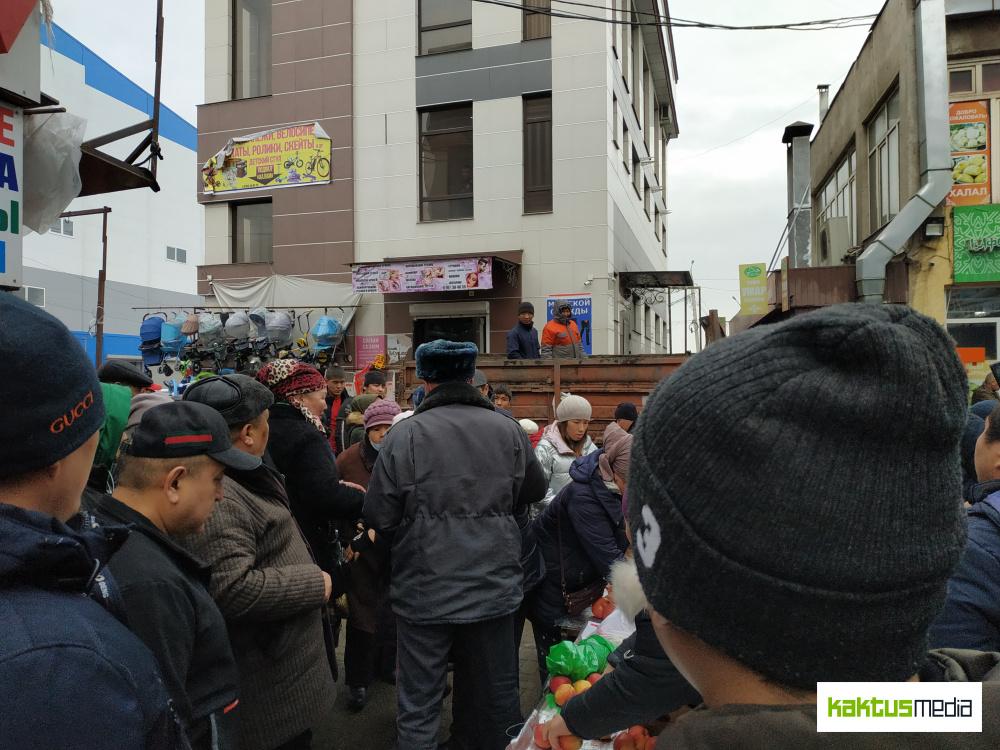 Торговцы Ошского рынка дерутся за свои прилавки с мэрией (видео)