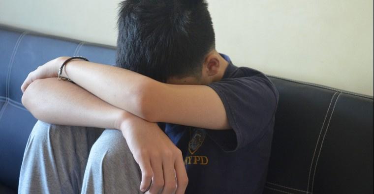 В Кыргызстане 25- летний парень ночью привез подростка домой и изнасиловал